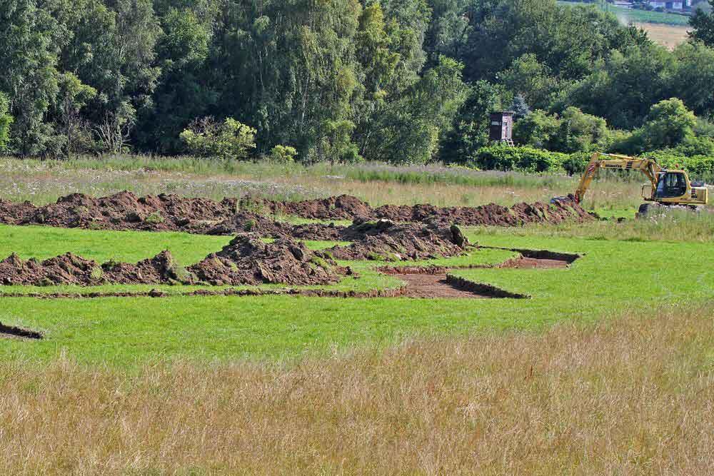Eine neue Rinne bringt bald auch Wasser in den westlichen Teil der Heckrindfläche auf der Kiebitzwiese, wo dann sicherlich weitere Limikolen sich einfinden werden.Im Hintergrund die Sperrzone (Ochsenkamp)....am 29.07.12 Foto: Gregor Zosel