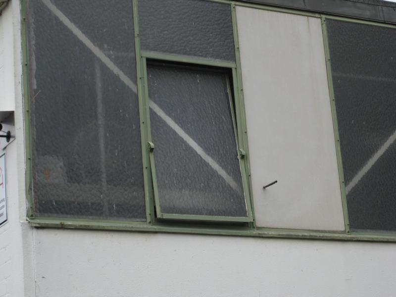 Eingang zum Industrienistkasten: Offenes Fenster in einem Industriebetrieb in  Unna am 23.04.2013 Foto: Alfred Haberschuss
