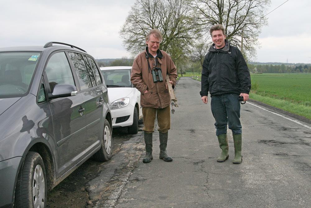 Es gilt, die Nester von der Straße aus zu finden, um sie für den Gelegeschutz zu markieren, 27.04.2013 Foto: Bernhard Glüer