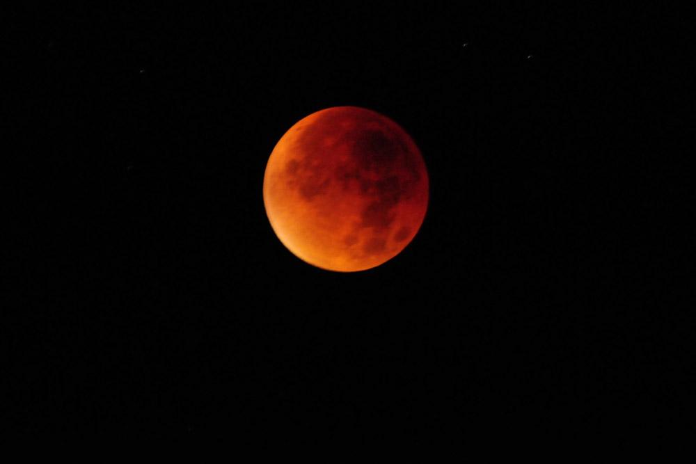 Mondfinsternis,- der Mond ist nun vollständig im Erdschatten, durch die von der Erde kommenden langwelligen, roten Sonnenstrahlen erscheint der Mond blutrot am 28.09.2015 Foto: Marvin Lebeus