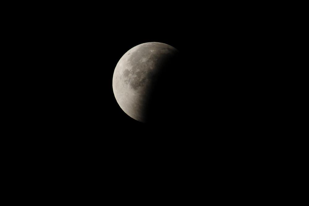 Kurze Zeit später verlässt der Mond den Schattenkegel der Erde wieder am 28.09.2015 Foto: Marvin Lebeus