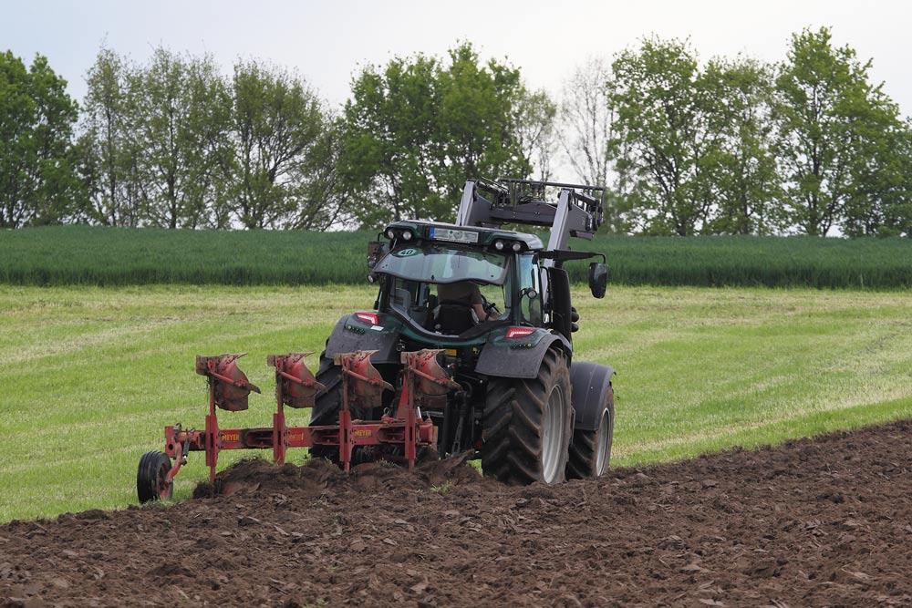In den letzten Tagen sind vielerorts Feldgrasflächen gemäht und umgepflügt worden für die nachfolgende Maisaussaat. Foto H. Knüwer