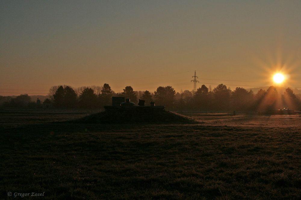 Bis die Morgensonne die teilweise gefrorenen Wasserflächen auf den Filterbecken und die Wiesen zum Auftauen bringt, brauch es noch etwas Zeit......am 23.11.18 Foto: Gregor Zosel