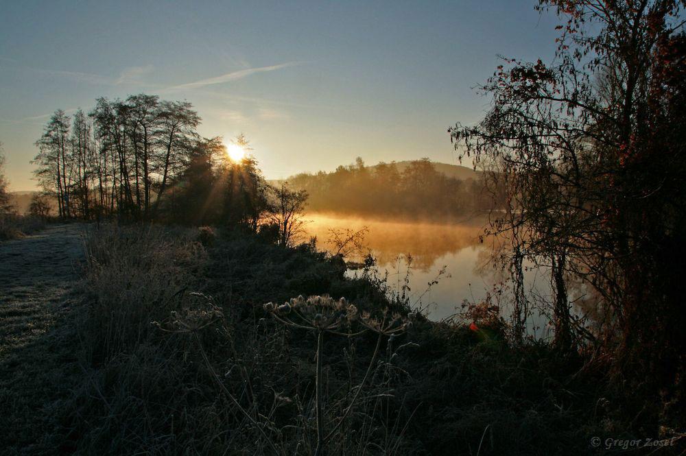 Bei frostigen Temperaturen begann ich bei Sonnenaufgang mit meiner Wasservogelzählung. Die gefroren Gewässer auf der Kiebitzwiese tauten später in der wärmenden Sonne aber relativ schnell wieder auf.....am 17.11.18 Foto: Gregor Zosel